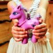 Pony's verhuurd als unicorns en met verf beklad op kinderfeestjes