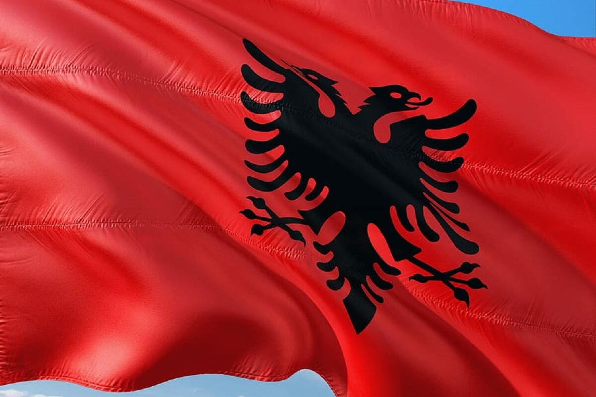 Albanese vlag met dubbelkoppige adelaar