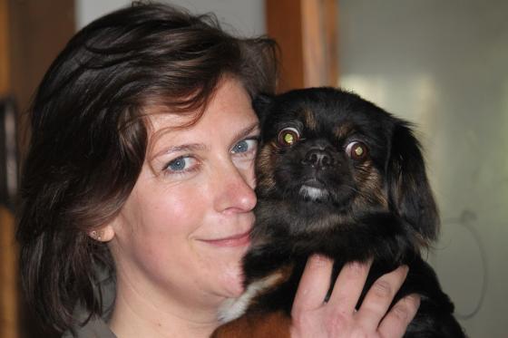 Suze Steenbergen met zwerfhondje - kleine zwerfhonden