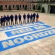 Greenpeace legt kiezelstenen op stoep Dijksma