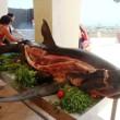 Gasten Iberostar Resort snijden stukken van voshaai