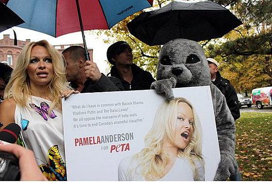 Pamela Anderson tijdens demonstratie