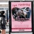 Posters van moedervarkens met Moederdag op NS-stations